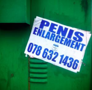 Ebony θεά με ζουμερό πισινό απολαμβάνοντας το πρωκτικό σεξ
